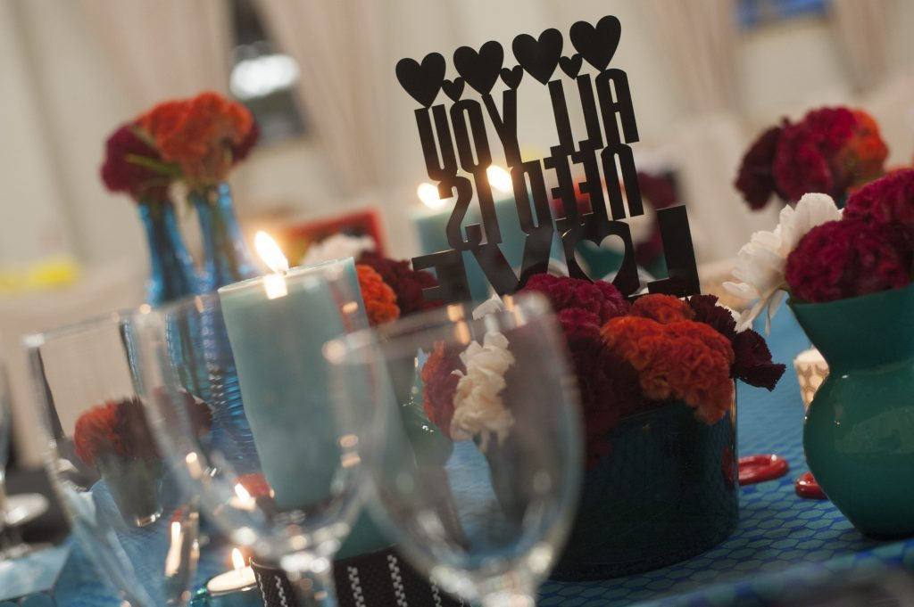 """Detalle """"All you need is love"""" mesa presidencial"""